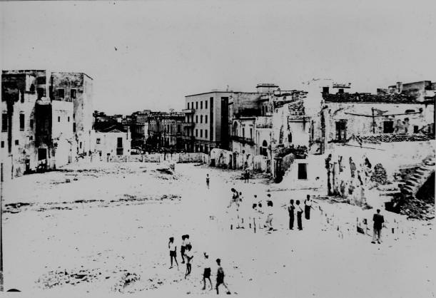 img679 Abbattimento dei vecchi fabbricati tra Piazza Sedile, via Santi e via Maddalena. Zona vista da via Duomo